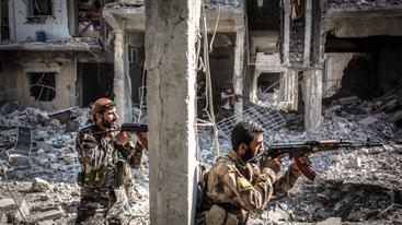 """Soldater fra """"Syriens Demokratiske Styrker"""" kæmper i IS's højborg al-Raqqa, august 2017"""
