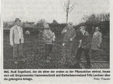 Im Lehrgarten an der Jahnstraße werden die ersten Bäume und Sträucher gepflanzt.