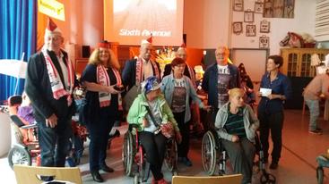 Scheckübergabe: Die Pänz mit den Freunden aus dem Behindertenzentrum