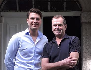 Maximilian Reek (links) und Peneder Georg bei einem Besuch im Übergangswohnen Kaisergasse