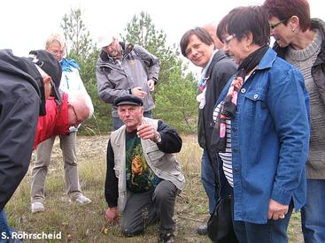 Robert Chartrier, Vereinsmitglied der Société Mycologique, bei der Pilzbestimmung.