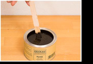 Öle und Wachse pigmentieren: mit dem Rührholz rühren