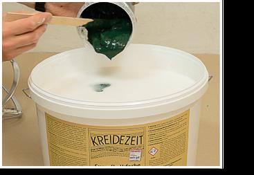 Pigmentmischung zur Wandfarbe geben