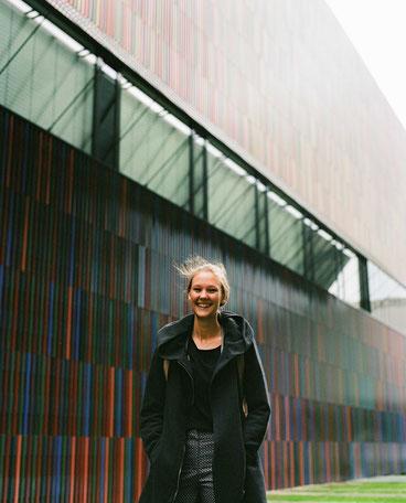 Die Gründerin Sandra Dombrowski schaut lachend in die Kamera.