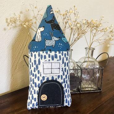 coussin forme maison tissu bleu