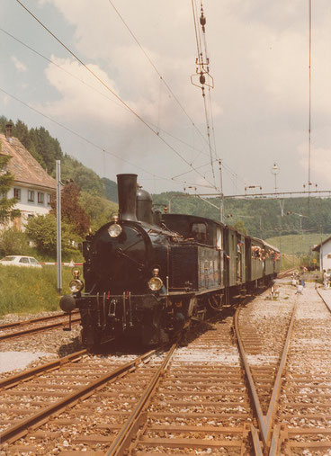 Einer der ersten Züge im Frühling 1978 bei der Einfahrt in Bäretswil (© Sammlung DVZO)