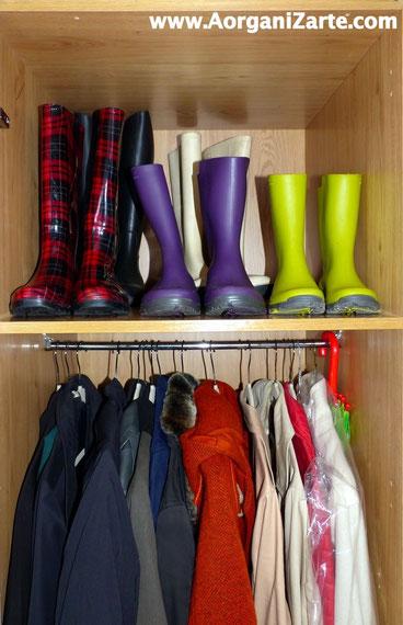 Botas de agua organizadas en armario de los abrigos - www.AorganiZarte.com