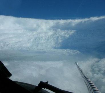 Bildquelle: NOAA | Im Auge von Hurrikan Katrina (2005).