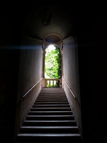 La scala di palazzo Capponi Antonelli, in via di Monserrato, si affaccia sul piccolo ma delizioso cortile interno...