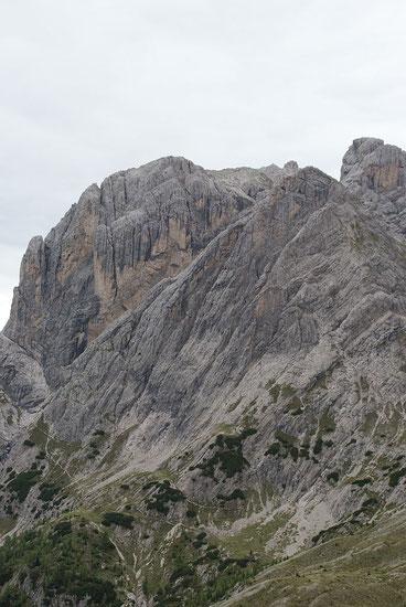 Blick vom Kerschbaumer Törl zur Laserzwand,der Klettersteig führt in etwa in der Bildmitte auf den mittleren Felskopf am oberen Bildrand