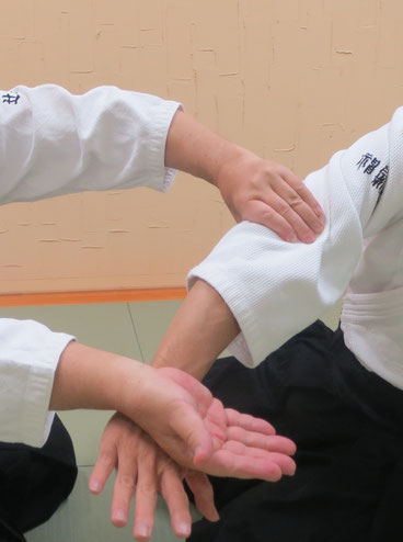①一教運動裏で右手を陽、左手は陰。