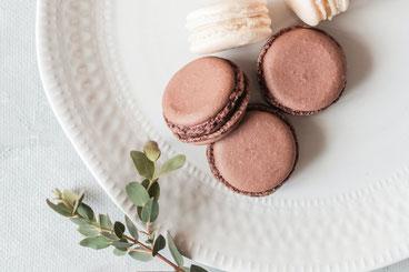 便箋と封筒。ピンクのバラの花。伝えたいメッセージ。