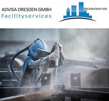 Industrie-Reinigungsfachkraft reinigt Industrieanlagen mit Sandstrahl-Gut. Logo von ADVISA-Service Reinigungsfirma Dresden GmbH