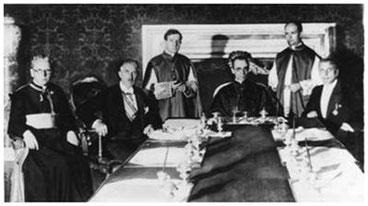 Unterzeichnung des Reichskonkordates. Von links nach rechts: Prälat Ludwig Kaas, Vizekanzler Franz von Papen, Unterstaatssekretär Giuseppe Pizzardo, Kardinalstaatssekretär Eugenio Pacelli und Ministerialdirektor Rudolf Buttmann während des Unterzeichnungs