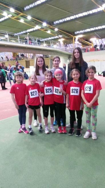 Unsere Mannschaft, die am Wettkampf der Kinderleichtathletik in der Dortmunder Körnig-Halle im Winter erfolgreich teilgenommen haben. Im Hintergrund re und li aussen die beiden Trainerinnen Svea und Linda.