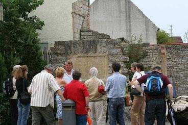 Sachinformation auf kurzweilige Art von Limeskennern vermittelt - In der Ruine des Kastellbads von Jagsthausen