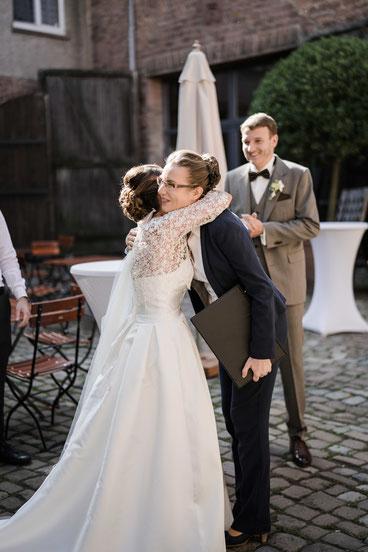 Hochzeitsrednerin Stella bei einer Freien Trauung im Gutshof Ladenburg - Foto: Herr und Frau K.