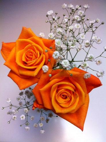 日曜は、母の日でしたね。皆さんなにかしましたか? うちは、息子さんとお金を出し合ってプレゼントを買いましたが、低予算にもかかわらず「お母さんの好きな物を買いたい!」と、。 先ずは、お花。僕的にはベタなカーネーションが好かったんだけど、哲平がコレがいいとどうしても引いてくれないんで薔薇に。。後は苺ケーキにチョコレート、それとレモン酎ハイwww(全て哲平セレクト!よく知ってます!w)で二人からのメッセージカードね。  喜んでくれたので好かったぁ これからもよろしくで~す。