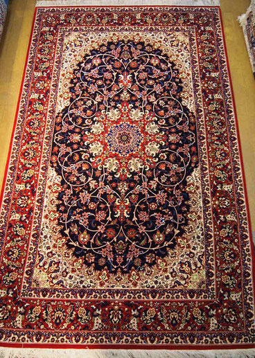 TABRIZパルデサイズ エスリミデザインがとても美しい縦糸silkの素晴らしい絨毯です。