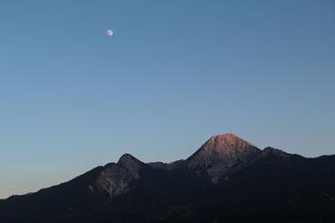 Hier sieht man einen schönen Sonnenuntergang. Gerade noch das letzte bißchen Sonne am Mittagskogel mit fast Vollmond