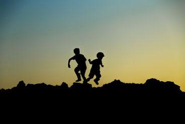 oft große Herausforderungen im familiären und im schulischen Alltag, Tipps für Eltern, Aufmerksamkeitsschwäche, Impulsivität, Hyperaktivität