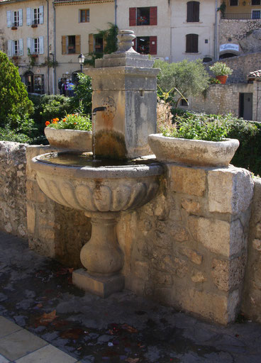 Bild: Brunnen in Moustiers-Saint-Marie
