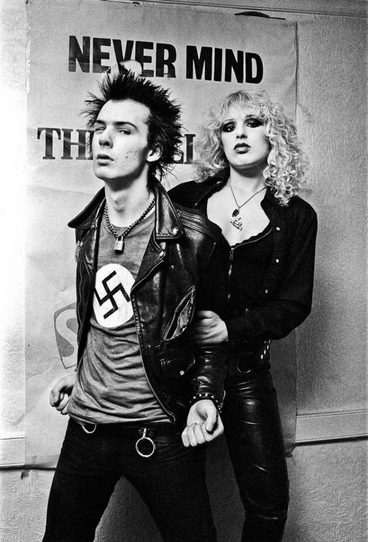 Sid Vicious, bassista del gruppo punk inglese Sex Pistols, con la sua compagna Nancy Spungen