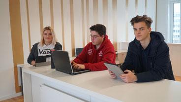 Schüler des Berufskollegs Wirtschaftsinformatik programmieren an Computern, Notebook, Laptop und Tablet.
