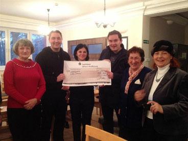 Mitglieder der Deutsch-Polnischen Gesellschaft bei einer Spendenübergabe