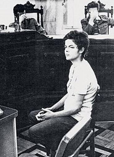 Dilma Rousseff ved militærdomstolen i 1970. Juristerne skjuler deres ansigter for fotografen
