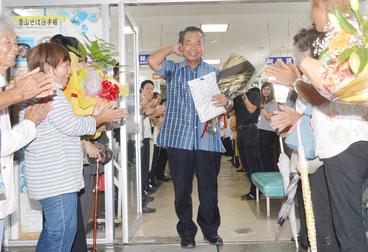 島内からも支持者が駆けつけた。川満氏は「職員との退任式だったのにこれだけ来てくれるとは」と喜んだ=13日、竹富町役場