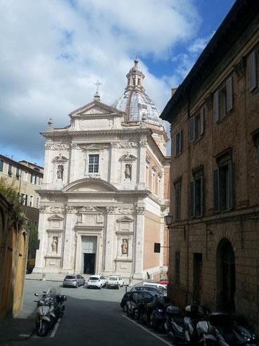 7月のパリオ祭ではこの教会に優勝旗が捧げられる プロベンツァ―ノ教会