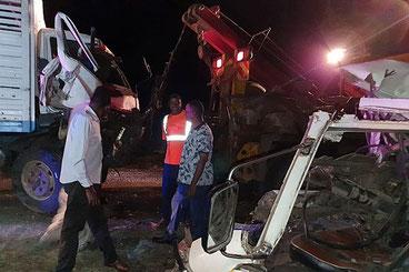 Il relitto del camion e del matatu coinvolti in un incidente sull'autostrada Mombasa-Malindi il 15 marzo 2020