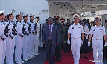 Il presidente della Tanzania, John Magufuli, passa in rassegna la guardia d'onore a bordo della nave ospedale cinese attraccata a Dar es Salaam