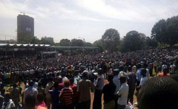 Folla in attesa di Raila Odinga oggi all'Uhuru park di Naiorbi