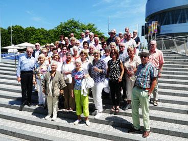 Die Gruppe des Geschichts- und Heimatvereins vor dem Mercedes Benz Museum           Foto: Froese