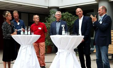 v.l.: Dr. Stephanie Robben-Beyer (Moderatorin), Michael Metz (Unternehmer), Peter Kupetz (Energieberater), Heiko Bickel (Schulleiter Goldbachschule), Thomas Ranft (Meteorologe beim Hessischen Rundfunk) und Heinz Schreiber (Umwelt- und Schuldezernent).