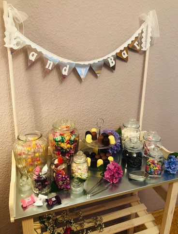 Candybar kompakt mit Wimpelkette und Zubehör für Süßigkeiten auf Feier in Bielefeld