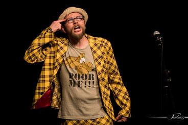 Moderation auf höchstem Niveau mit schrillen Outfits: Michael Jakob (Zirndorf) leitet den Neumarkter Poetry Slam. Fotograf: Andi Pontanus