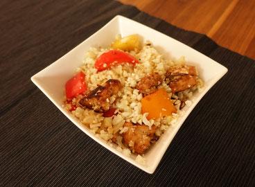 Blumenkohlsalat mit Poulet, gesundes Essen, Protein und Salat, Sportlernahrung, healthy food