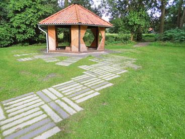 Durch Knust GaLaBau künstlerisch instandgesetzte Schutzhütte nach Vorgaben des Künstlers Nils Norman im Rahmen des Projektes Kunst in der Landschaft in Neuenkirchen im Heidekreis.