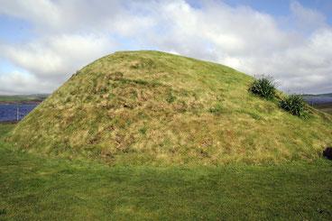 Abbildung: Gut erhaltener Chambered Cairn - von Außen nur als Hügel zu erkennen / © Anita Soós