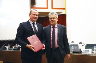 А.Ю. Брюханов с президентом РАН академиком А.М. Сергеевым после вручения диплома