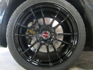 アテンザ(マツダスピード)の社外ブラックアルミホイール(レイズの12本スポーク19インチ)のガリ傷・擦りキズのリペア(修理・修復・再生)後で車両への装着完了時ホイール前景写真
