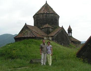 Heike und Harald Muth vor dem Kloster Haghpad/Armenien