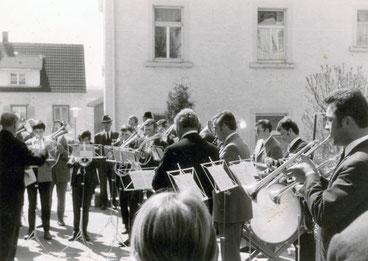 Erster Auftritt des Musikvereins an der Schule