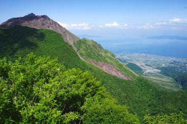 雲仙普賢岳と水無川(有明海、天草の遠望)