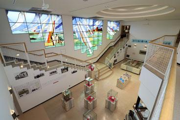 1階の第一展示室とステンドグラス