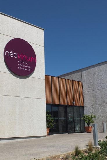 Néovinum à Ruoms en utilisant des moyens modernes de présentation ouvre le néofite à l'art de la viticulture.