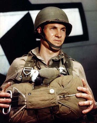 pigeonsjumper, Fallschirmspringer mit Brieftaube, 2. Weltkrieg, Zweiter Weltkrieg, Brieftauben im Kriegseinsatz, Brieftaubenwesen,